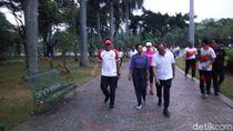 Jalan Bareng Menteri BUMN di Monas, Sandiaga Bercanda Soal Musik