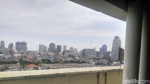 Lokasi diduga Meritha Vridawati melompat dari lantai 8 area Apartemen Thamrin City, Senin (8/1/2018)