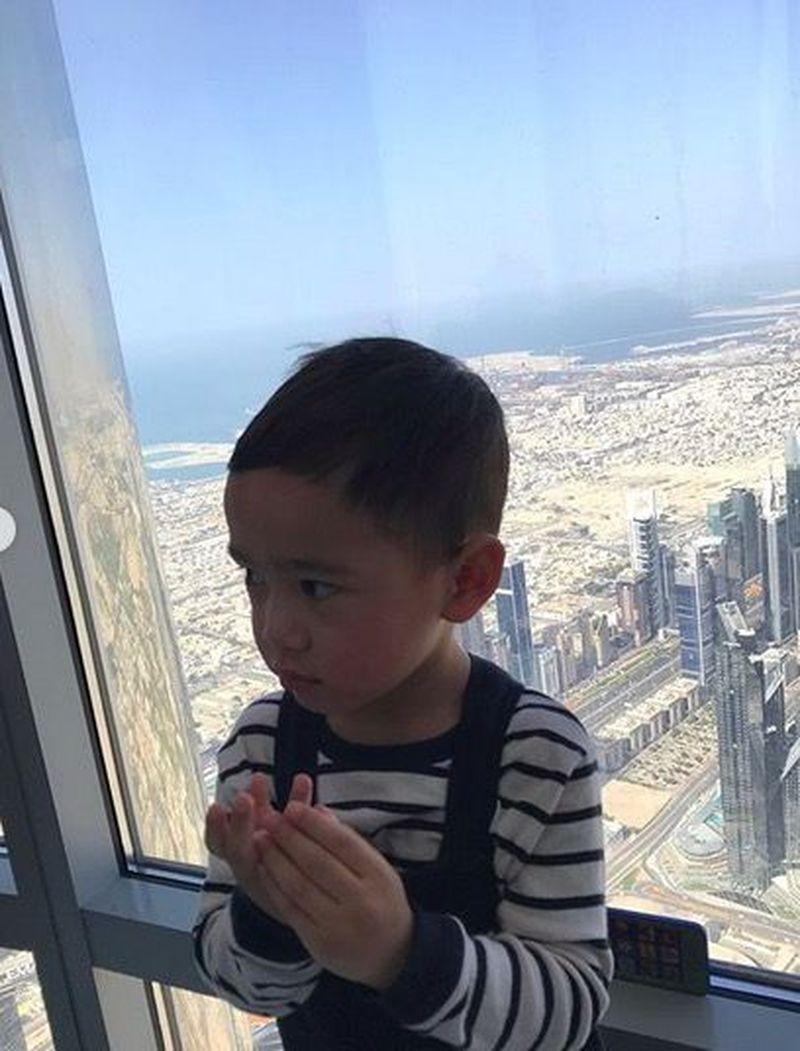 Dalam akun Instagram Raffi dan Nagita, mereka mengunggah foto si kecil Rafathar yang sedang berkunjung ke Burj Khalifa di Dubai (Instagram/@raffinagita1717)