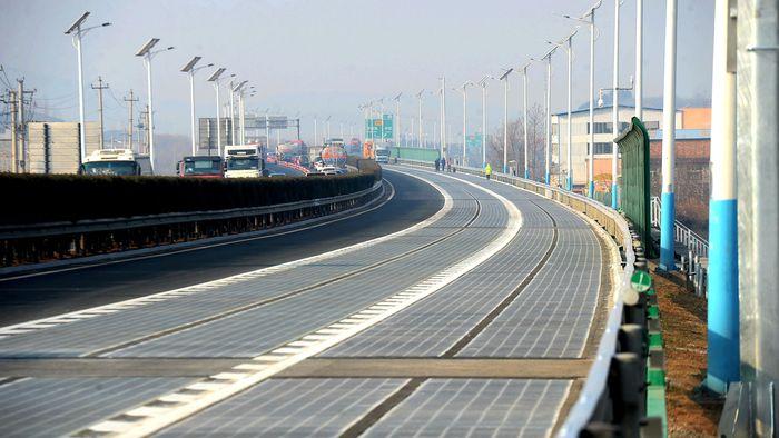 Begini penampakan jalan tol yang dilapisi panel surya di Jinan, Provinsi Shandong China. REUTERS/Stringer.