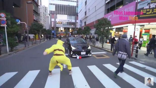 Aksi rusuh Logan Paul bermain Pokemon di jalanan di Tokyo.