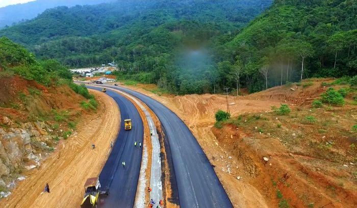 Proyek pelebaran jalan Nanga Badau-Lanjak memiliki nilai kontrak sekitar Rp 284 miliar yang berasal dari dana APBN. Proyek ini ditangani oleh PT Brantas Abipraya (Persero). Proyek ini akan diserahterimakan 24 November 2018. Pool/PUPR.