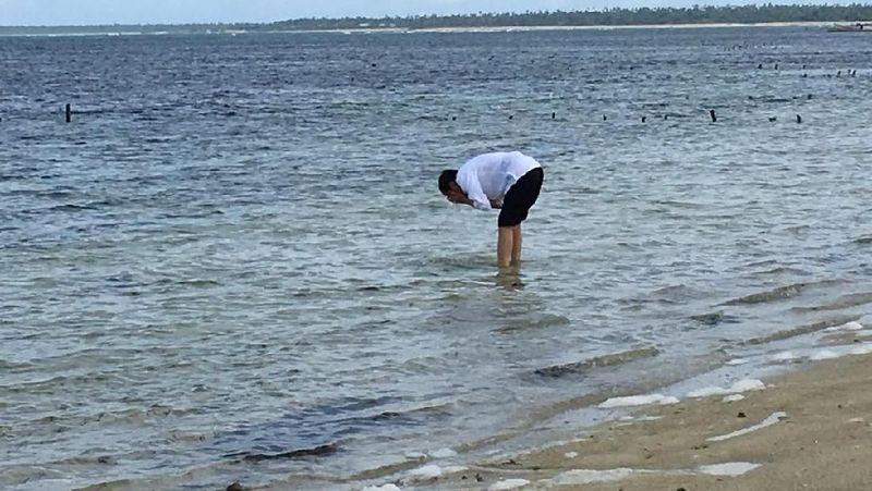 Foto: Di sela kunjungan kerjanya ke Pulau Rote, Presiden Jokowi menyempatkan berjalan-jalan menyusuri Pantai Nemberala. Tak hanya itu, Presiden Jokowi juga membasuh mukanya dengan air laut di ujung paling selatan Indonesia. (Ray Jordan/detikcom)