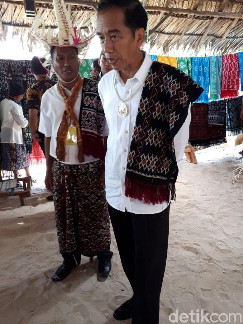 Jokowi dan Iriana Beli Tenun Ikat Rote Rp 600 Ribu