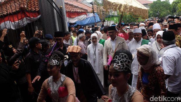 Diantar Ratusan Pendukung ke KPU, Pasangan RINDU Tebar Senyum