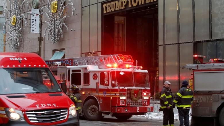 Foto: Aksi Pemadam Saat Trump Tower Kebakaran