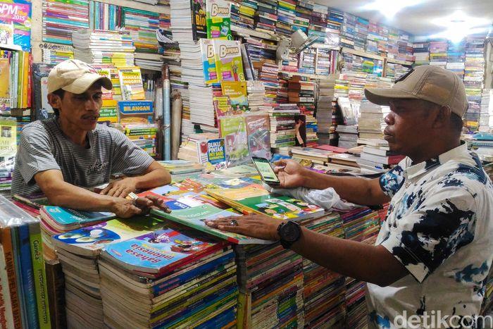 Di era digital saat ini ternyata masih ada pedagang buku yang berjualan di pinggir jalan. Salah satunya di kawasan Kwitang, Jakarta.