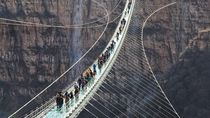 Foto: Jembatan Kaca Terpanjang di Dunia yang Bisa Goyang