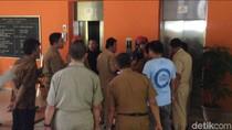 Petugas Damkar Evakuasi 2 PNS Pemkot Jaktim yang Terjebak di Lift