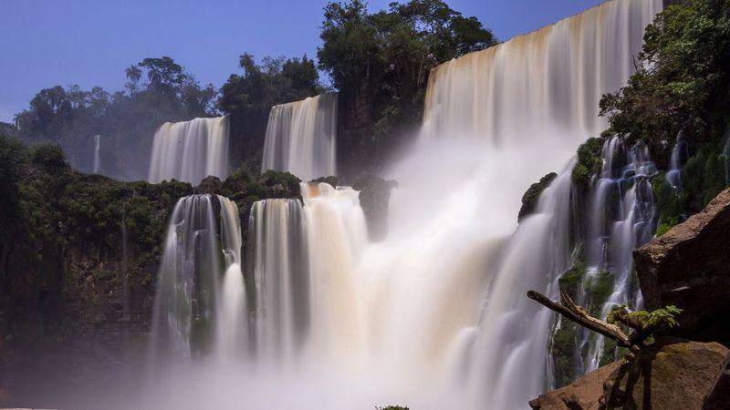 Air Terjun Iguazu merupakan air terjun raksasa yang membentang di perbatasan dua negara Amerika Latin. Selain besar, air terjun ini juga punya pemandangan cantik (CNN Travel)