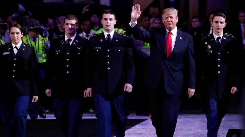 Foto: Momen Saat Trump Terlihat Tak Hapal Lagu Kebangsaan AS