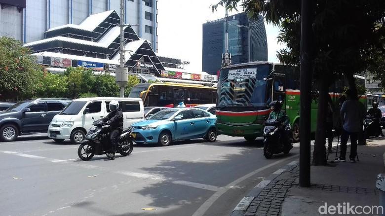 Papan Rambu Sudah Dicopot, Pemotor Mulai Lewati Jl Thamrin-Monas