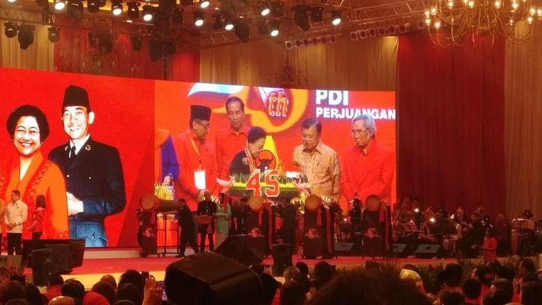 HUT Ke-45 PDIP, Tumpeng Pertama Diberikan Megawati untuk Jokowi