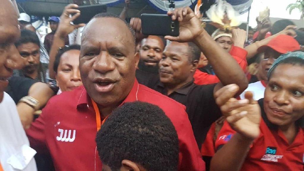 Usai Daftar, Cagub Papua John Wempi Ajak Pendukung Bersihkan Sampah