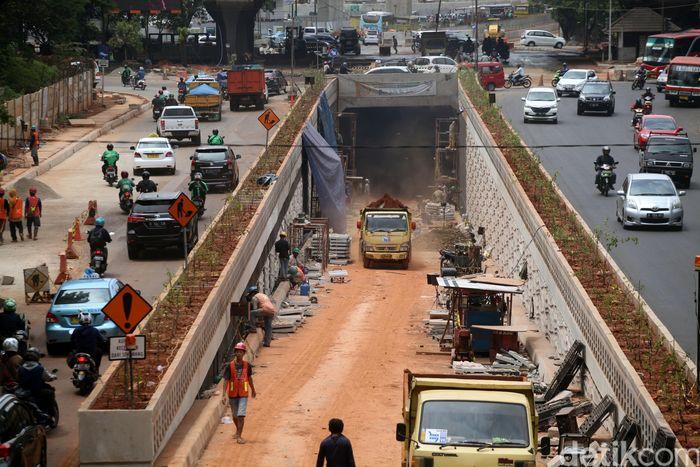 Pekerja menyelesaikan pembangunan underpass Lebak Bulus Rabu (10/1/2018).
