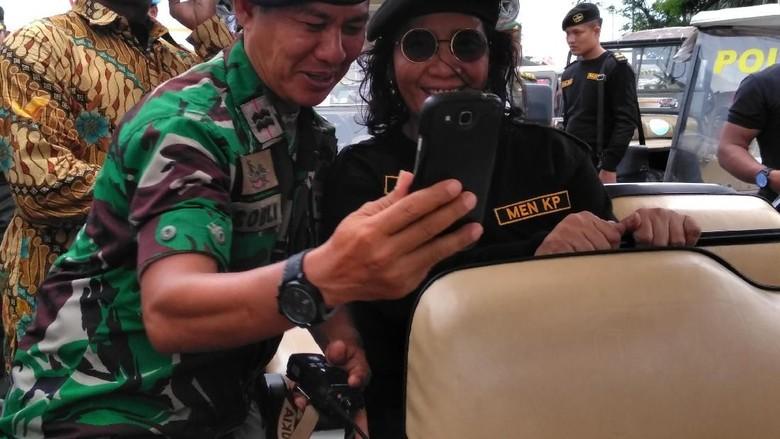 Gaya Susi Pakai Baju Komando di Pengukuhan Kapal Perang RI