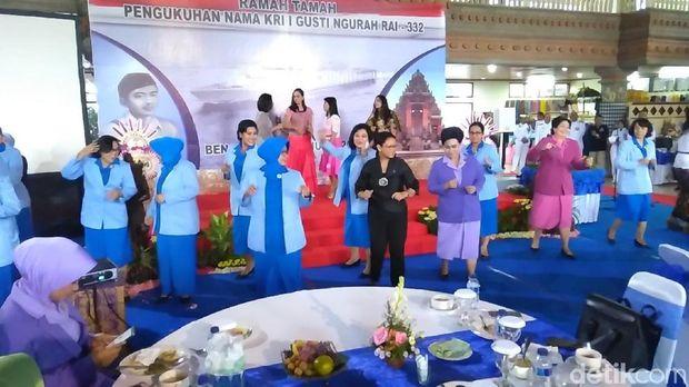 Menteri Retno dan Susi Joget Diiringi Lagu Country