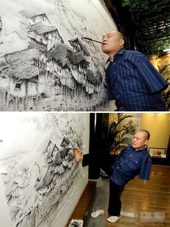 Pria bernama Huang Guofu ini harus kehilangan kedua tangannya akibat kecelakaan yang dialaminya saat usia 4 tahun. Dia usia 12 tahunnya ia pun mulai menggeluti hobi melukisnya, dengan mengandalkan kedua kakinya ia mampu hasilkan lukisan super kerennya. Foto: Bored Panda