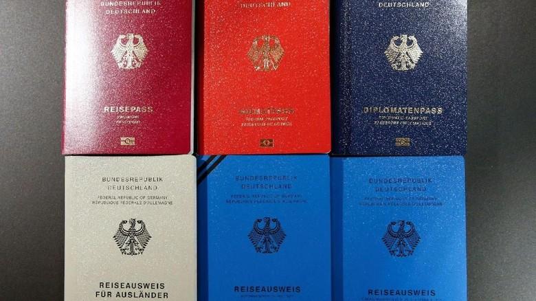 Ilustrasi Paspor Jerman (Fabrizio Bensch/Reuters)