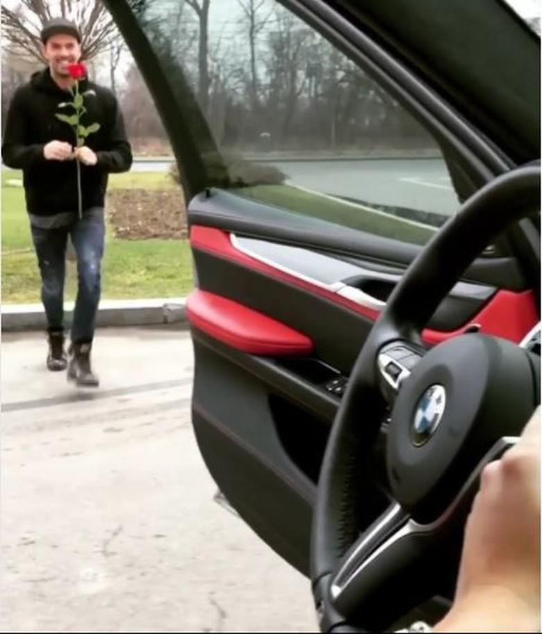 Romantis tapi Bahaya, Pria Ini Keluar Mobil Hanya Ambil Mawar