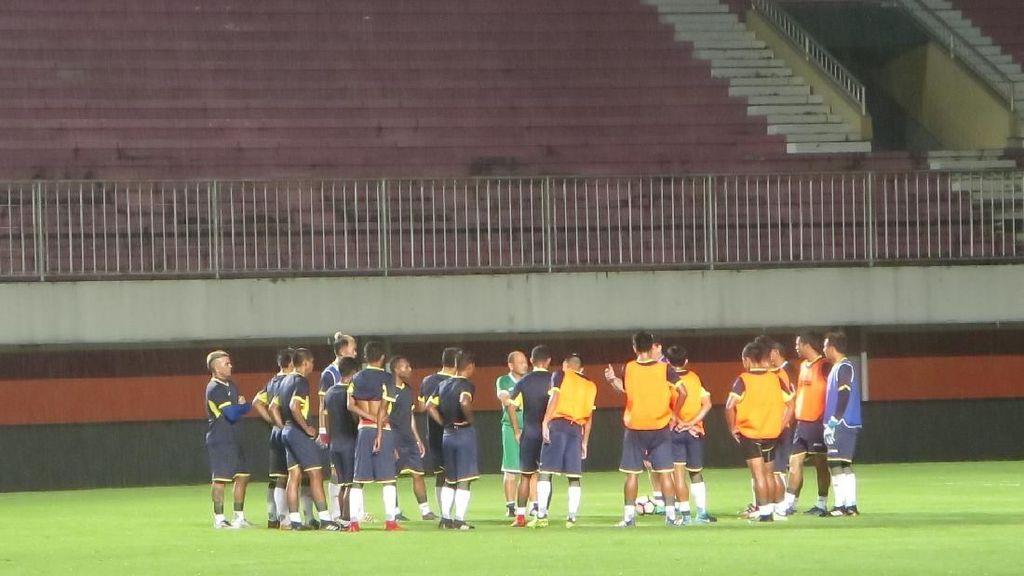 Di Bawah Guyuran Hujan, Indonesia Selection Latihan di Stadion Maguwoharjo