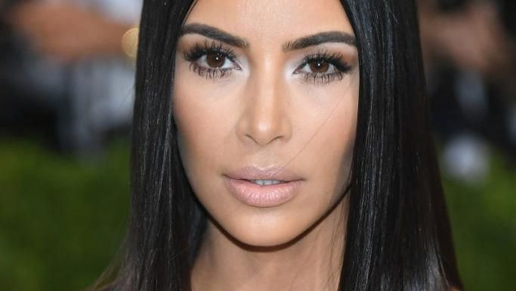 Kim Kardashian Seksi Bak Artis Bollywood Pakai Sari di Vogue India
