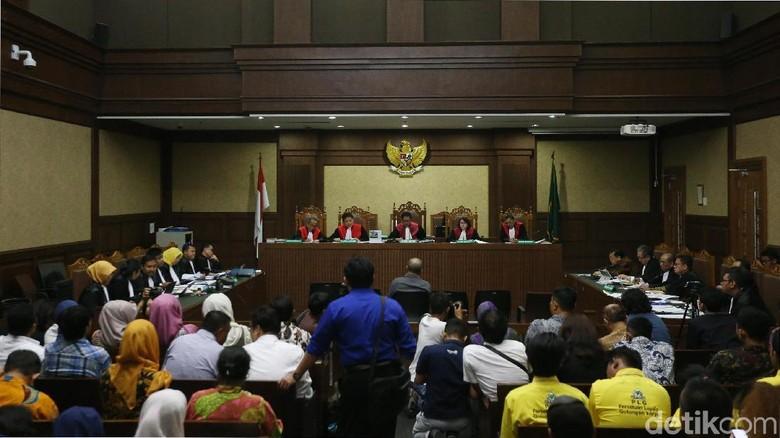 Hakim Curiga Ada yang Aneh soal Barter Dolar Keponakan Novanto