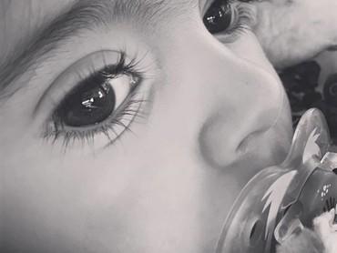 Jangan salah, si kecil yang satu ini nggak pakai maskara kok buat mempertebal bulu matanya. Hi-hi-hi. (Foto: Instagram @saffronbells)