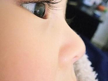 Bulu mata si kecil yang lentik ketika dilihat dari samping. Hmm, indahnya... (Foto: Instagram @saffronbells)