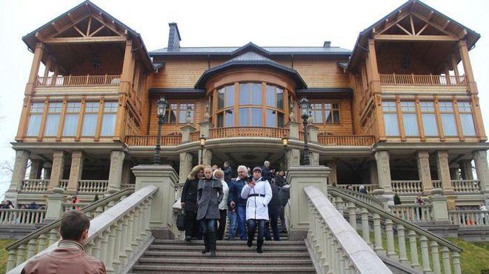 Setelah ditinggalkan oleh mantan presidennya, warga Ukraina berbondong-bondong mengunjungi rumah mewah tersebut. Foto: Istimewa