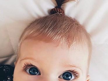 Perpaduan bulu mata lentik dan mata yang belo bikin wajah bayi ini super cute. (Foto: Instagram @saffronbells)