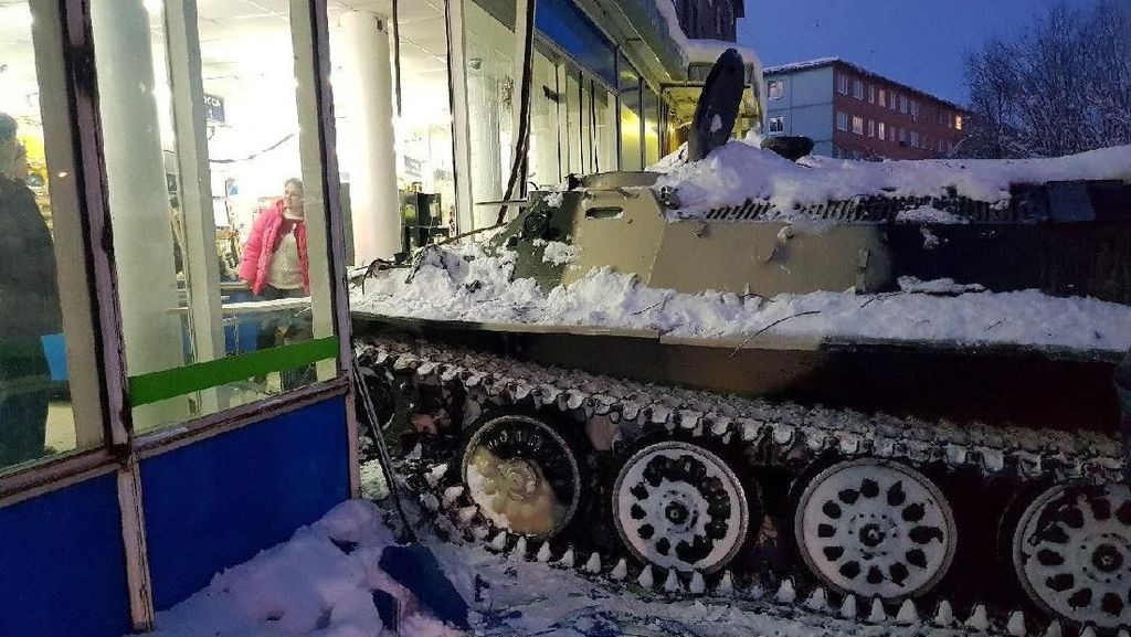 Bruk! Tank Mendadak Tabrak Supermarket di Rusia