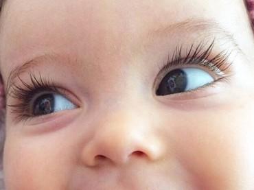Bulu mata lentik bisa bikin si kecil makin cute. Tapi gimana pun bulu mata buah hati kita, harus tetap kita syukuri ya, Bun. (Foto: Instagram @saffronbells)