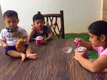 Wah, pada serius sama es krim masing-masing ya? He-he-he. (Foto: Instagram/ @aniyudhoyono)