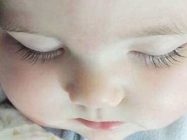 Lagi bobo, bulu mata si kecil yang panjang nan lentik makin kelihatan. Cantik deh. (Foto: Instagram @saffronbells)