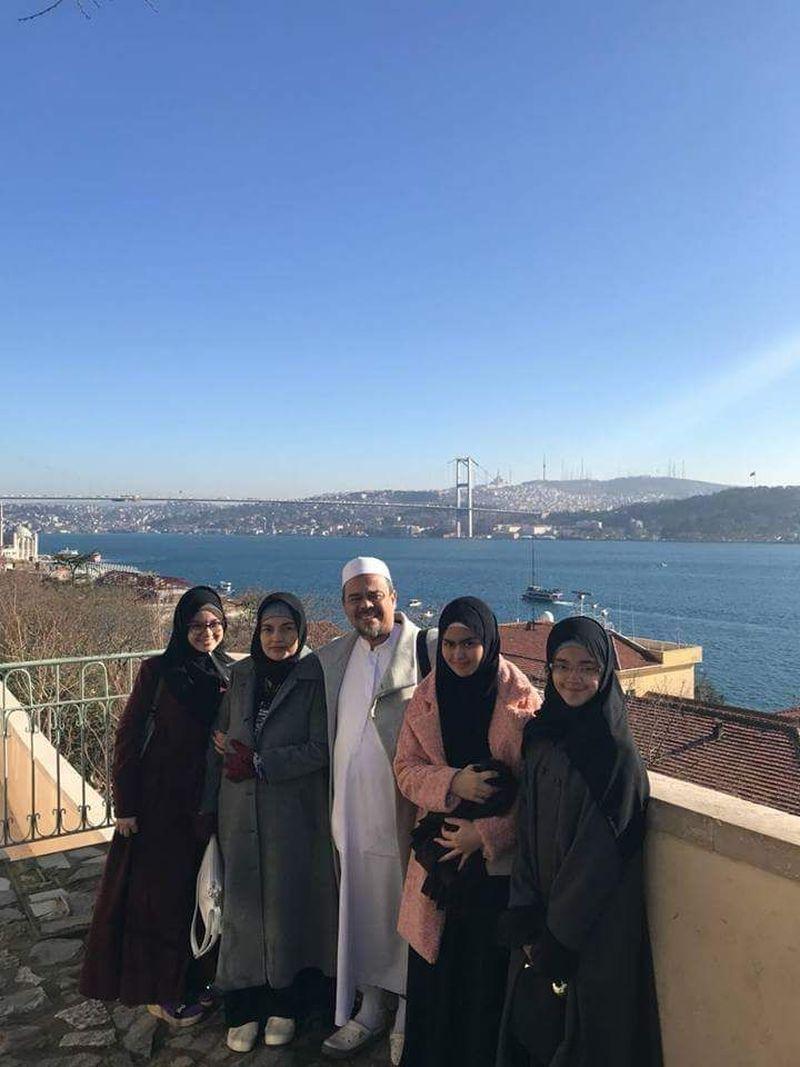 Dari Mekah, Habib Rizieq Syihab dan keluarga diundang ke Turki untuk silaturahmi. Dari foto-foto yang didapatkan redaksi detikcom, mereka tampak berfoto dengan latar jembatan dengan perairan biru di bawahnya