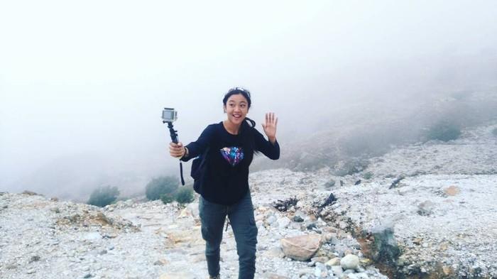 Nona Berlian Sakinah, pemeran Ronaldowati ternyata hobi berpetualang dan naik gunung. Banyak sekali foto yang menunjukan kesenangannya ini jika ditelusuri melalui akun Instagramnya. (Foto: Instagram/nonalaboni)