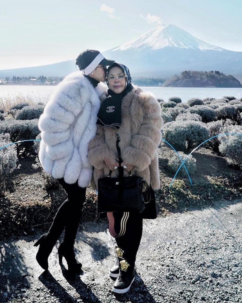 Syahrini terlihat memakai jaket berbulu dengan topi yang elegan (Instagram/princesssyahrini)