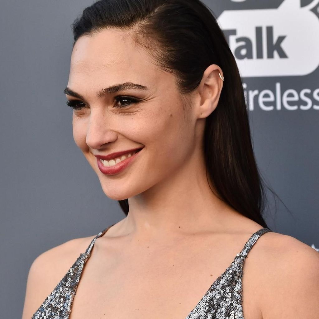 Gal Gadot Tampil <i>Stunning</i> di Critics Choice Awards