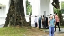 Perbincangan Singkat Jokowi-JK Usai Jumatan di Tengah Isu Reshuffle
