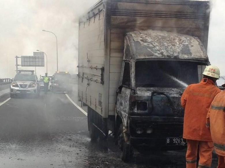 Mobil Boks Terbakar di Cempaka Putih, Lalin Tersendat