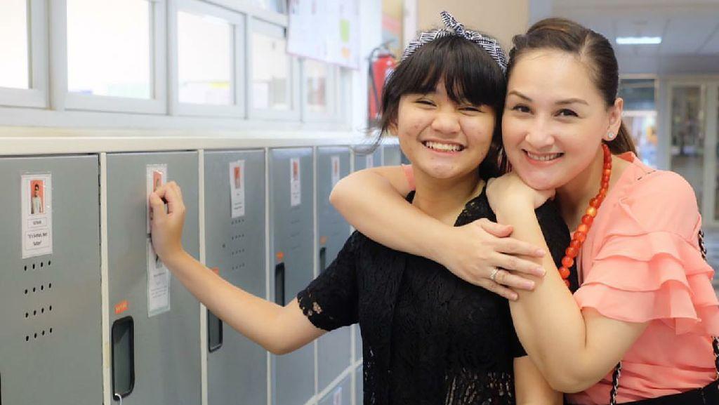 Cerita Anak Mona Ratuliu Saat Berusaha Lepas dari Gadget
