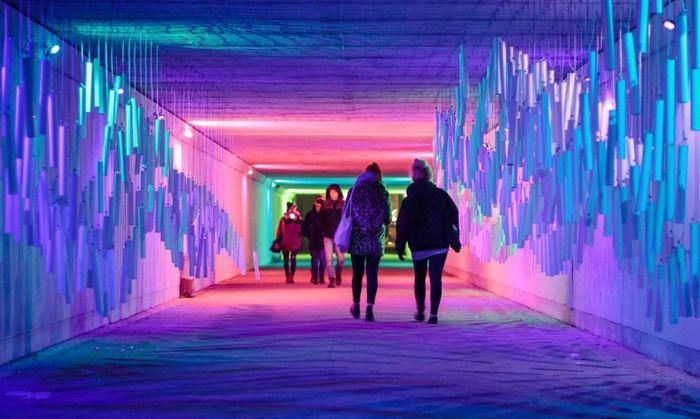 Terowongan itu diterangi oleh lampu polikromatik LED. Setiap lampu menghasilkan cahaya berwarna-warni. Istimewa/Inhabitat.