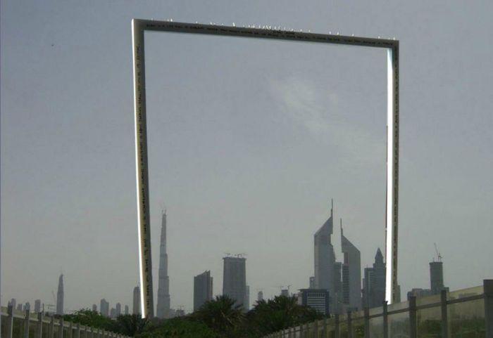 Tugu berbentuk bingkai foto tersebut memiliki ketinggian 150 meter. Bentuknya yang kotak menjadikannya sebagai bingkai foto buatan yang bisa menangkap pemandangan di kota Dubai. Inhabitat/Istimewa.