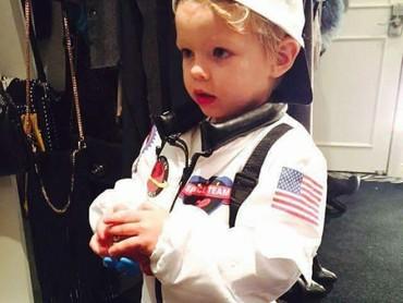 Jadi astronot cilik nih. Menggemaskan banget sih kamu, Axl. (Foto: Instagram @josh_fergie_axljack_love)