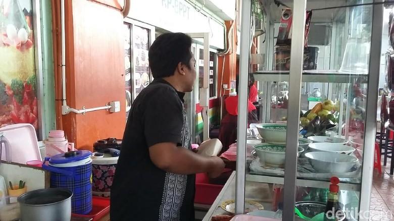 Cerita Pedagang Warung Nasi Cari Beras Murah untuk Jualan