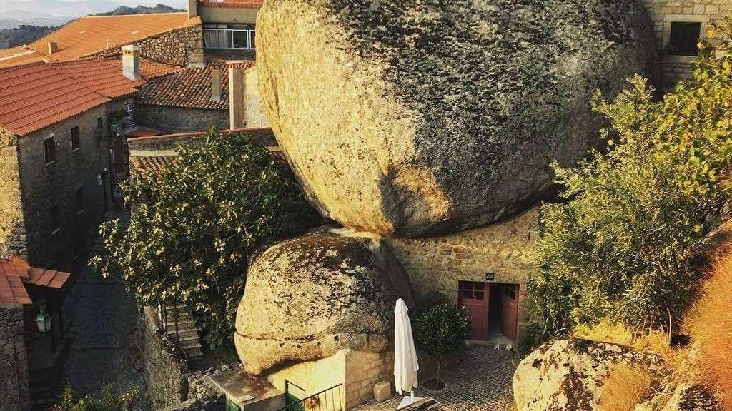 Foto: Desa yang Rumah-rumahnya Seperti Terjepit Batu