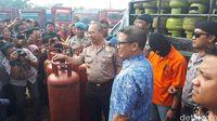 Penggerebekan gudang tabung gas oplosan