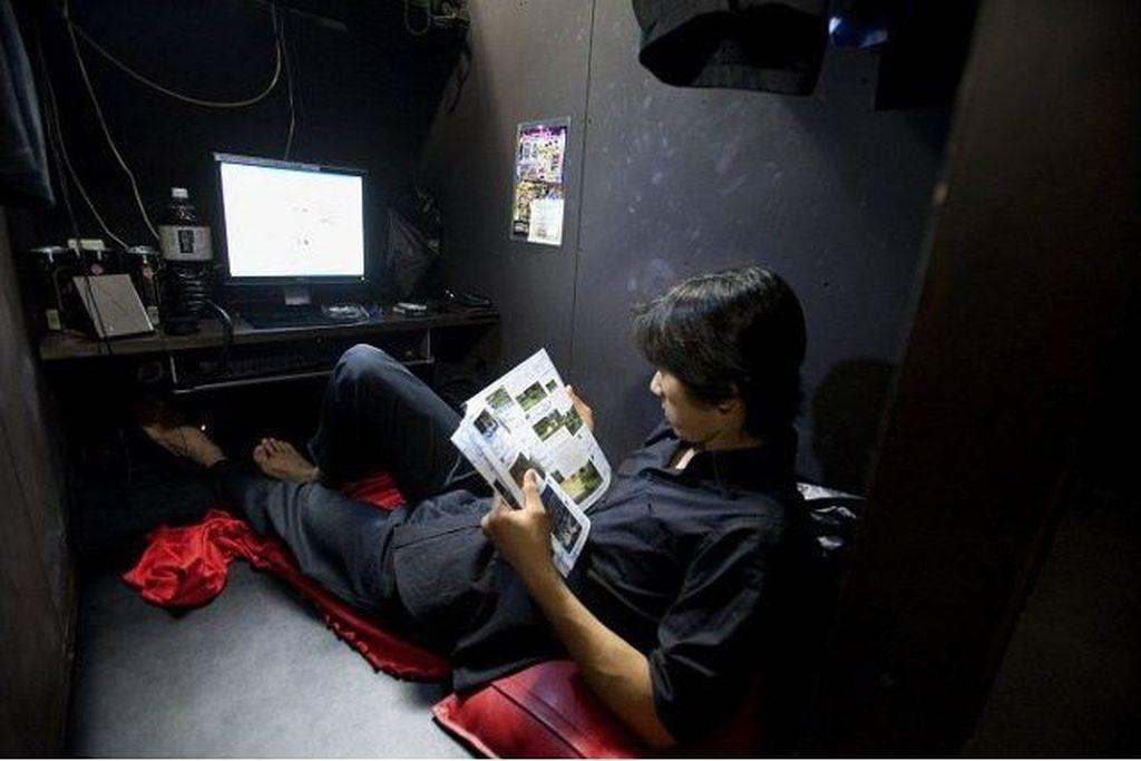 Menurut survei dari Kementerian Kesehatan Jepang pada tahun 2007, sebanyak 60.900 orang pernah tinggal di warnet. Dan diestimasi bahwa 5.400 orang tinggal di sana karena tidak memiliki rumah. Foto: Media Strom