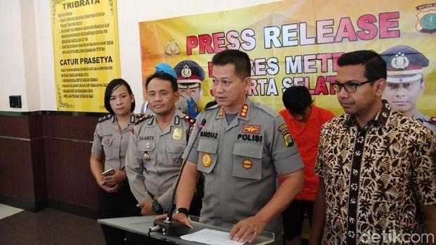 Tim Polres Jakarta Selatan menangkap dua orang tersangka berinisial EF (28) dan AYP (37) yang berupaya mencuri uang di ATM